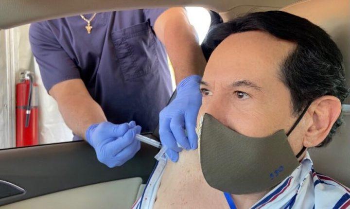 Pepillo Origel recibe su segunda vacuna contra el COVID-19