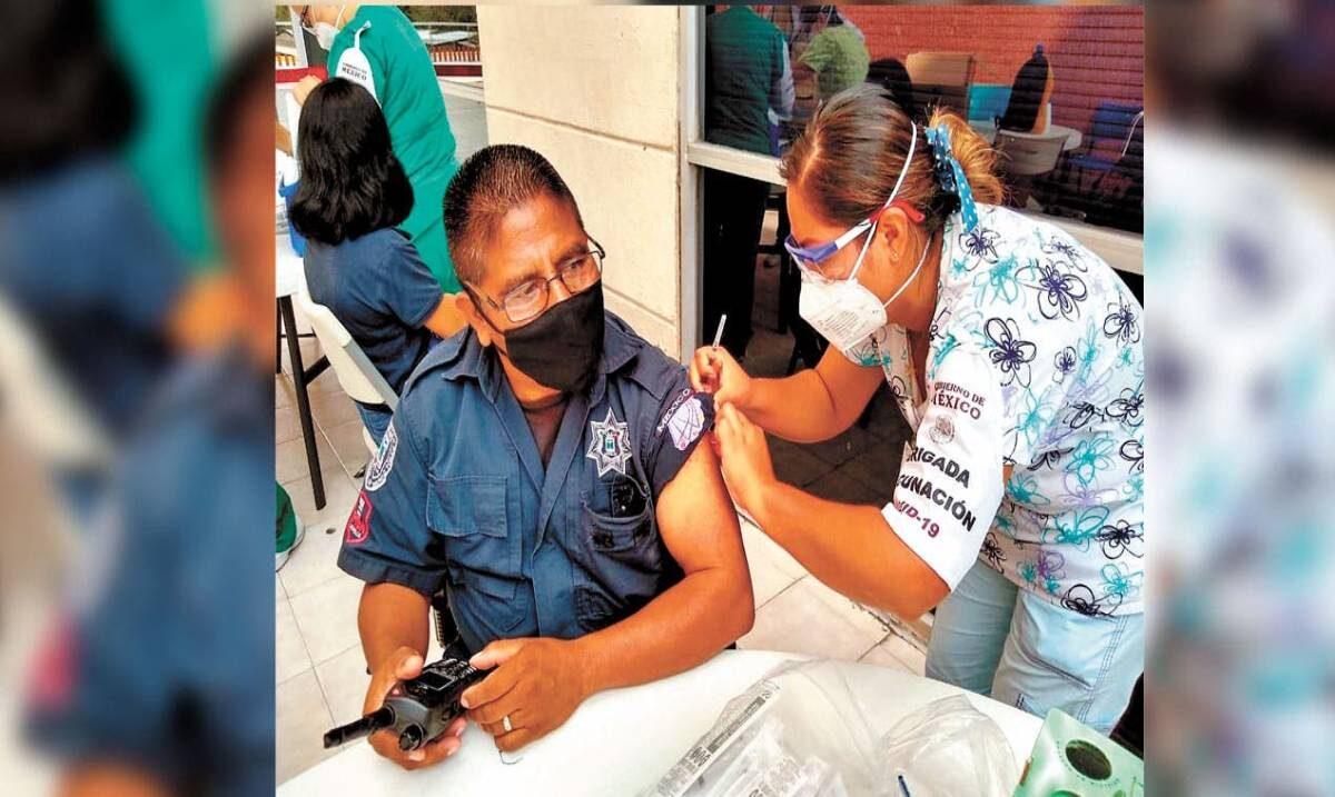Vacunan contra COVID a elementos policiacos