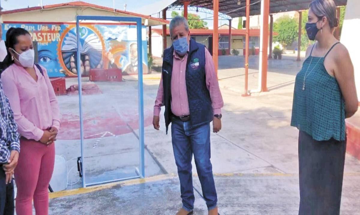 Entrega Ayuntamiento de Atlatlahucan arco sanitizante a escuela