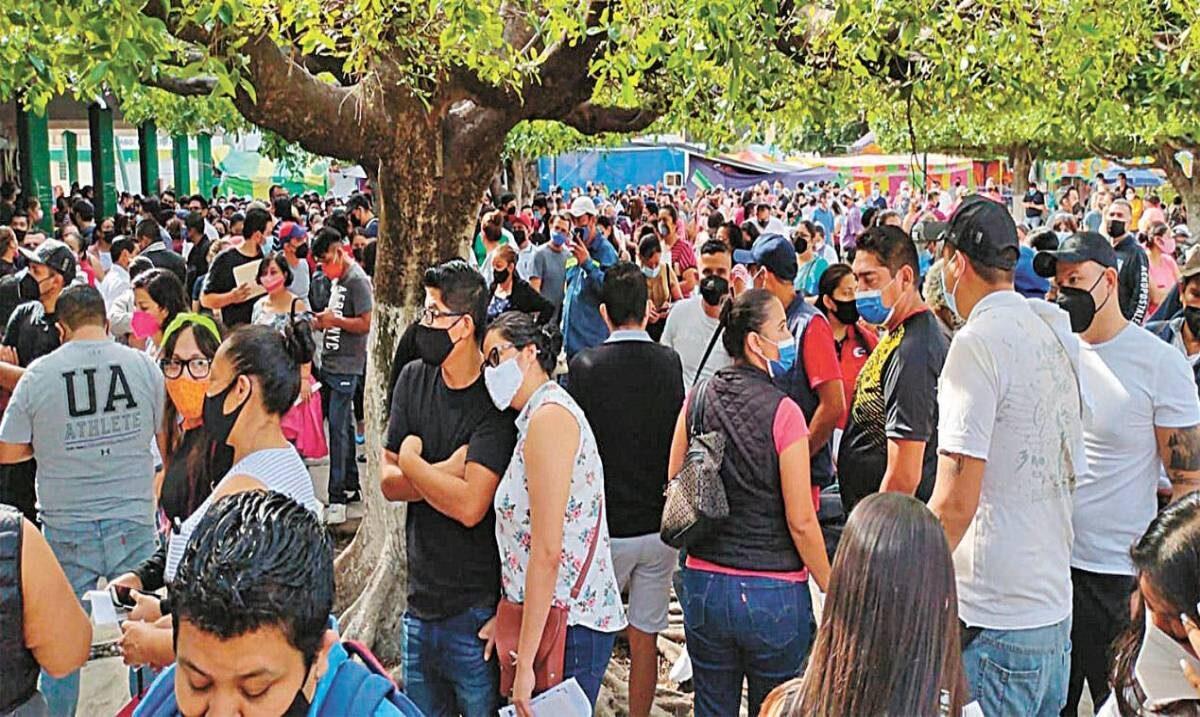 Abarrotan módulos en Jiutepec durante primer día de vacunación